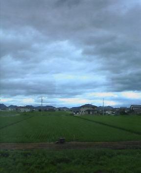 空が低い…